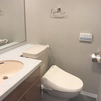 洗面所には大きな鏡が!※写真は前回募集時のもの