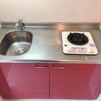 真っ赤がかわいいキッチン!(※写真は4階の同間取り別部屋のものです)