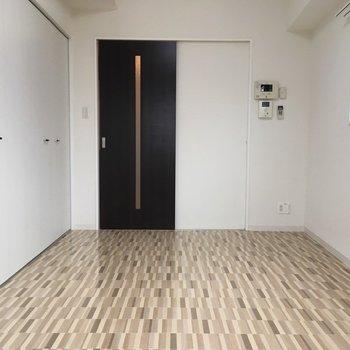 床がぴかぴかしてますね(※写真は4階の同間取り別部屋のものです)