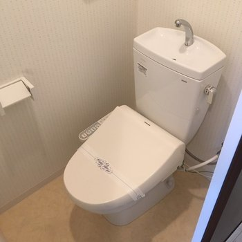 トイレはウオッシュレット付き(※写真は4階の同間取り別部屋のものです)