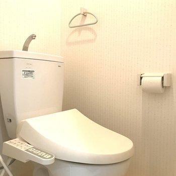 ウォシュレット付きのトイレ。(※写真は7階の同間取り別部屋のものです)