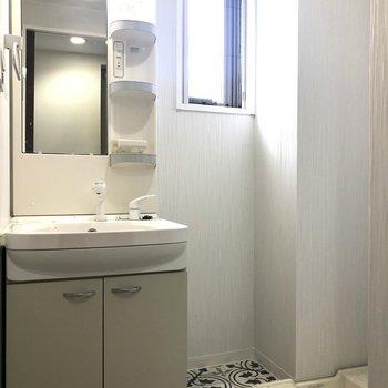 洗面台と洗濯機置場はおとなりさん。(※写真は7階の同間取り別部屋のものです)
