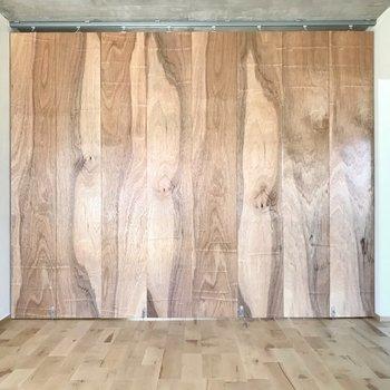 壁一面は木の板