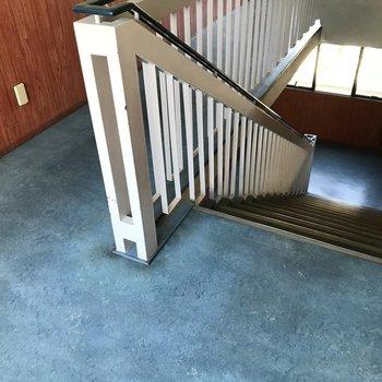 お部屋までは階段で…!