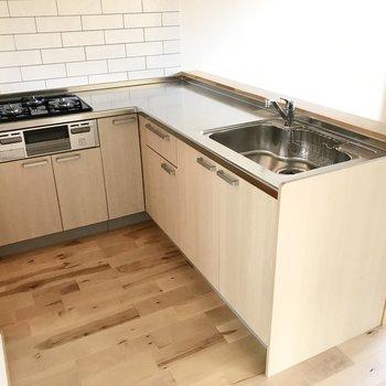 キッチンはL字型でした。作業も効率よくできますね!