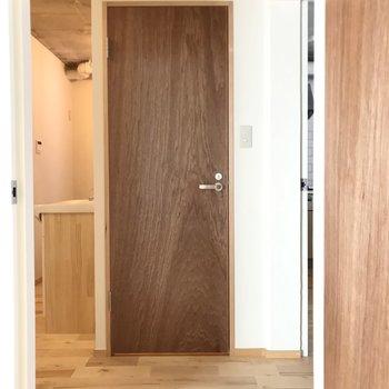 洋室の扉を開けて廊下へ