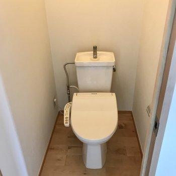 すぐ目の前はトイレ。ウォシュレット付き◯