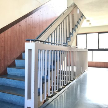 お部屋までは階段で。このアンティークな雰囲気がたまらない