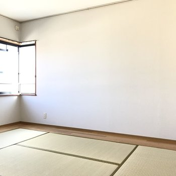6畳の和室でした!ここの壁にもレールがありますよ!
