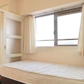 窓の下にベッドが定位置かな◎(※写真は13階の同間取り別部屋、モデルルームのものです)
