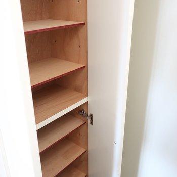 シューズBOXはスリムながら棚がたくさん!(※写真は13階の同間取り別部屋、モデルルームのものです)
