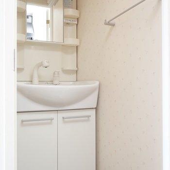 洗面も大きめシャンプードレッサー!(※写真は13階の同間取り別部屋、モデルルームのものです)