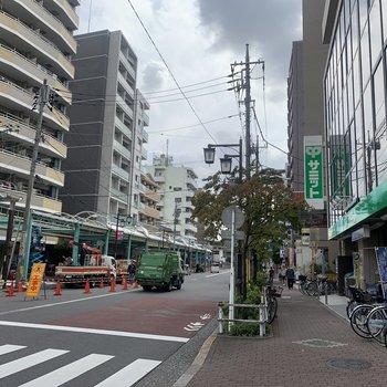 駅周辺にはコンビニや飲食店があります。駅構内にもお店がありましたよ。