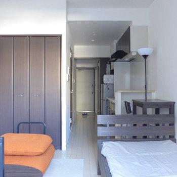 ベランダ側からお部屋を眺める。(※写真は4階の反転間取り別部屋、モデルルームのものです)