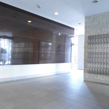 エントランスホールは高級感あります。(※写真は4階の反転間取り別部屋、モデルルームのものです)