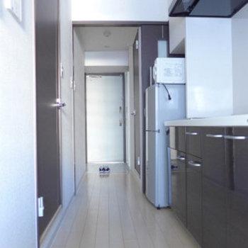 キッチンまわり、わりとゆとりあります。(※写真は4階の反転間取り別部屋、モデルルームのものです)