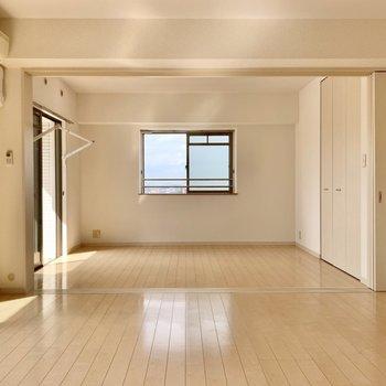 4枚の引き戸はスッキリと収納できるので全開でこんなに広々。(※写真は9階の反転間取り別部屋のものです)