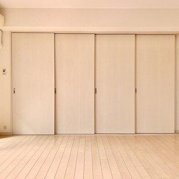 洋室とリビングは4枚の引き戸で仕切るタイプ。(※写真は9階の反転間取り別部屋のものです)