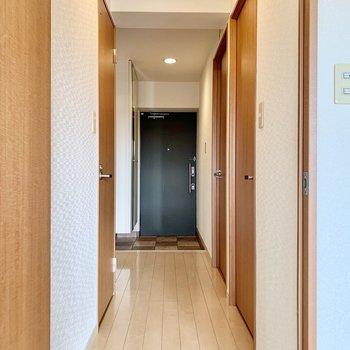 長い廊下。シューズボックス扉に姿見◎(※写真は9階の反転間取り別部屋のものです)
