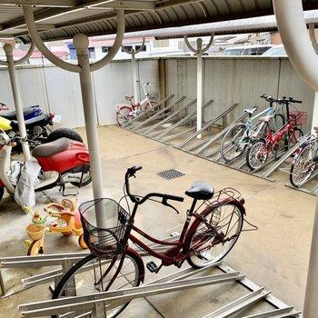 駐輪場、バイク置き場へは鍵がないと入れない仕組み◎