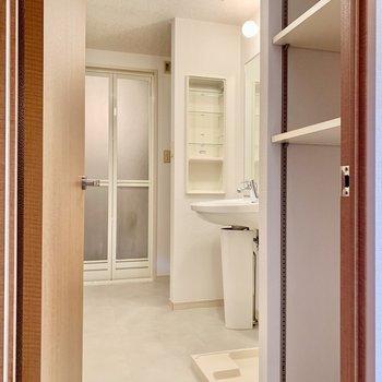 縦長の脱衣所は廊下、リビング、7.3帖の洋室から出入りできます。(※写真は9階の反転間取り別部屋のものです)