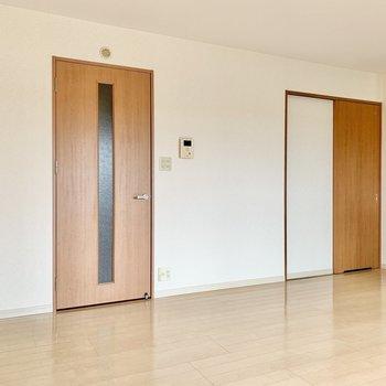 左は玄関、右は脱衣所へ。(※写真は9階の反転間取り別部屋のものです)