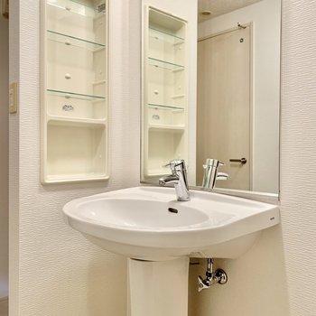 すっきり清潔感のある独立洗面台。(※写真は9階の反転間取り別部屋のものです)
