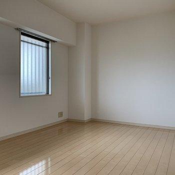 7.3帖の洋室。テレビ・エアコン設置可能です。(※写真は9階の反転間取り別部屋のものです)