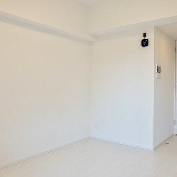 黒い機器には湿度などが表示されます。※写真は3階の反転間取り別部屋のものです