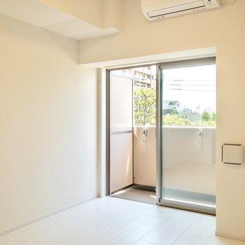 ベッドは窓際に置いても良いですね。※写真は3階の反転間取り別部屋のものです