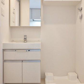 清潔感がある脱衣所です。※写真は3階の反転間取り別部屋のものです