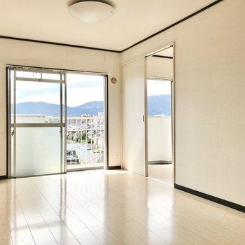 窓辺にはお隣の洋室へのスライドドア(※写真は清掃前のものです)