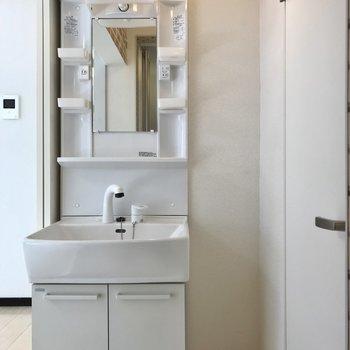 さりげないレンガ模様が素敵。洗面台も綺麗で使いやすい◯(※写真は清掃前のものです)