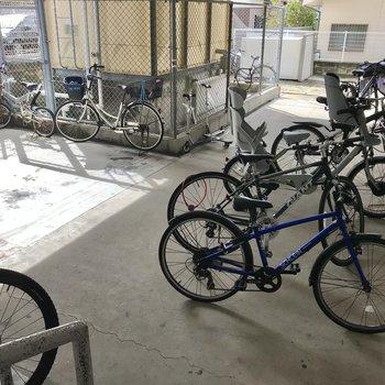 その奥が駐輪場です!自転車的に家族や若い方が住んでそう!