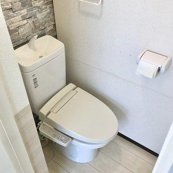 トイレはウォシュレット付き。ここにもさりげないクロスが光ります(※写真は清掃前のものです)