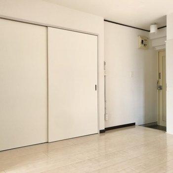 キッチン横のスライドドアを開けると…(※写真は清掃前のものです)