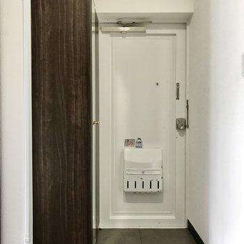 玄関のレトロシャビーな扉がかわいいね(※写真は清掃前のものです)
