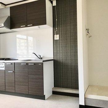 キッチンと洗濯機置き場は横並び。洗濯機はカーテンで隠しても◯