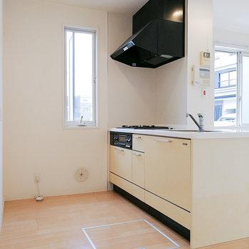 淡いイエローのキッチン。※写真は1階の反転間取り別部屋のものです