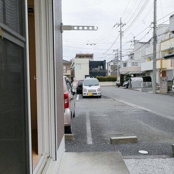 バルコニーは道路と地続きなので、干すものは分けたいところ。※写真は1階の反転間取り別部屋のものです