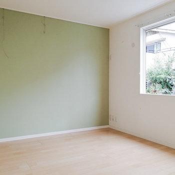 洋室には爽やかグリーン。※写真は1階の反転間取り別部屋のものです