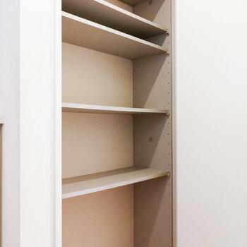 掃除用具などを入れる収納もありますよ。※写真は1階の反転間取り別部屋のものです