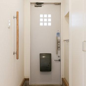 玄関には手すりがあり、優しいデザインになっています。※写真は1階の反転間取り別部屋のものです