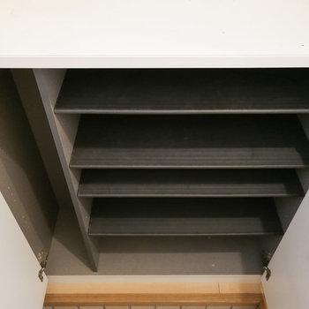 靴箱は仕切りのあるタイプが下に。※写真は1階の反転間取り別部屋のものです