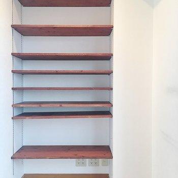 【洋室】右側は可動式の棚が用意されていました〜!