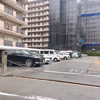 【共有部】駐車場も広いスペースでのご用意があります。