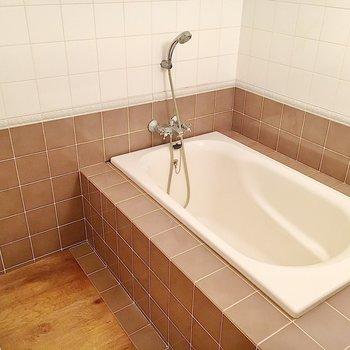 シャワーは浴槽の中で!同じ空間に洗面台、洗濯機、トイレも集まっています!