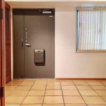 玄関も広々!靴箱はないですがここなら大きめのものでも置けますね。