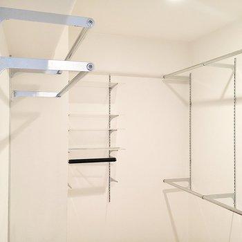 【洋室】お部屋入って左側はハンガーのままお洋服が掛けられるスペース。