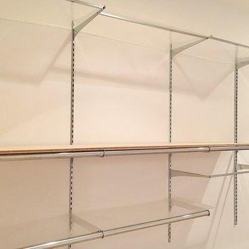 ここにも可動式の棚が。書斎にするなら本も置けますね。